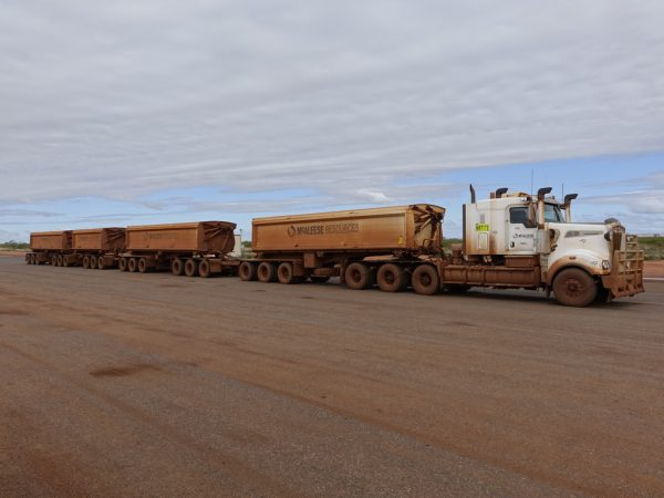 Road Train auf dem Weg nach Port Hedland